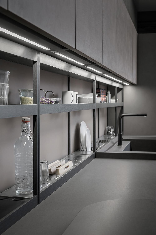 Sistema di mensole e vani a giorno in alluminio per cucina ...
