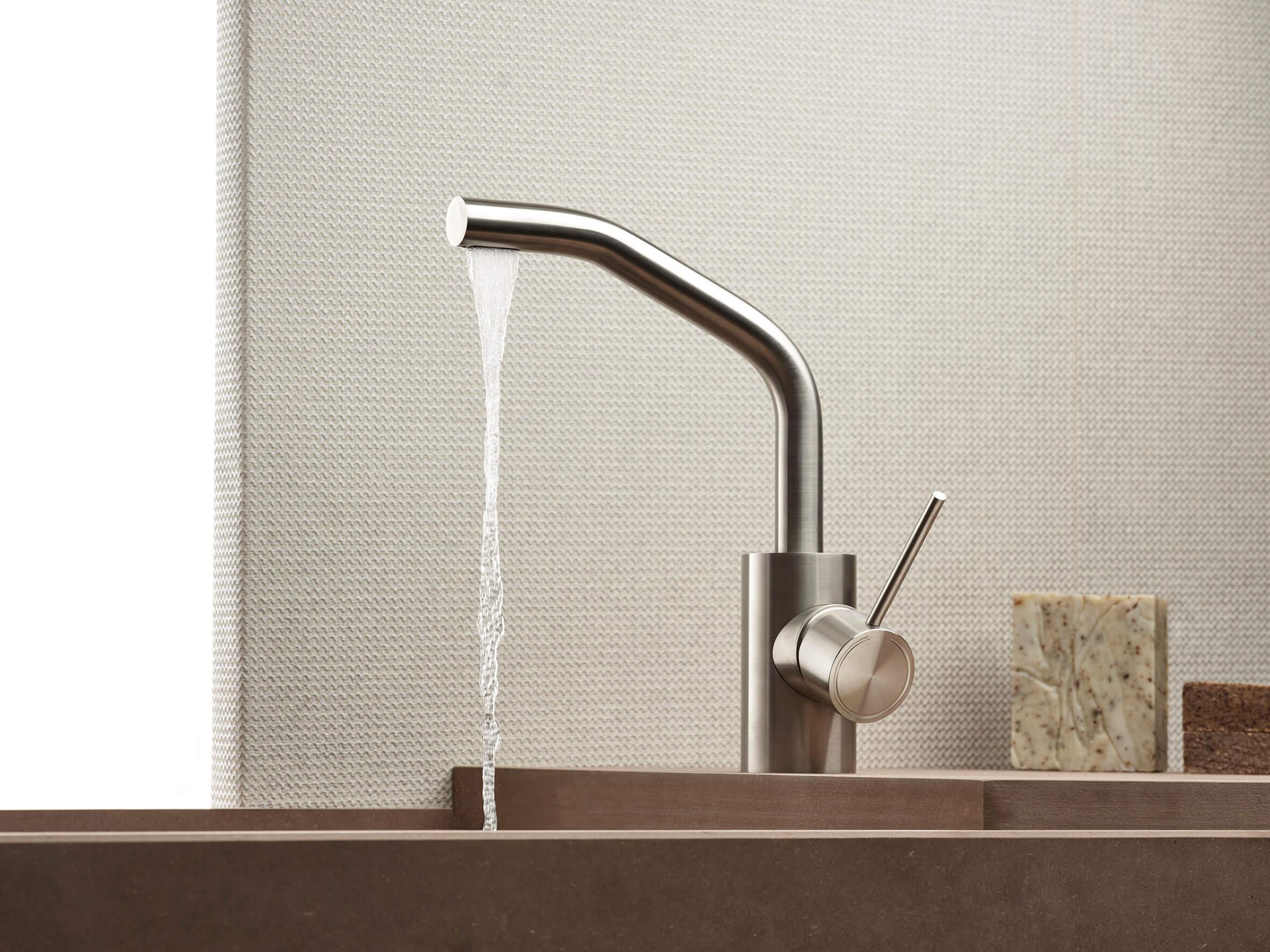 Corsivo è la nuova serie di rubinetteria Mina in acciaio inox