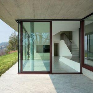 Una casa luminosa e protetta con gli infissi di ultima generazione