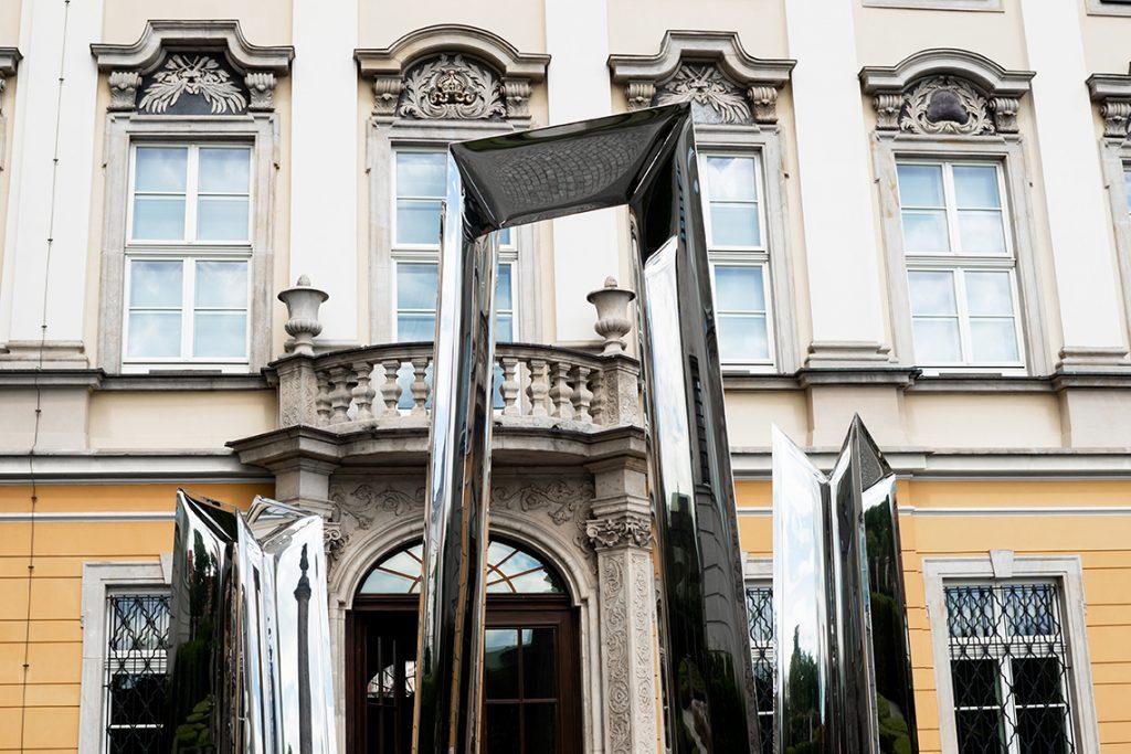 installazione artistica obelisco in metallo riflettente Oskar Zieta 1